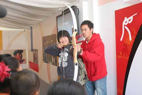 一汽-大众体育希望小学学生在体验射箭