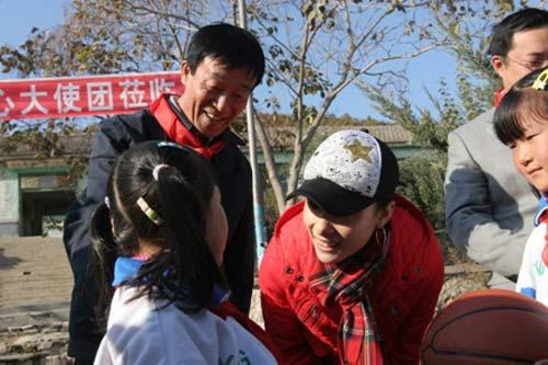 刘璇为一汽-大众羊圈顶子体育希望小学学生代表赠送学习体育用品