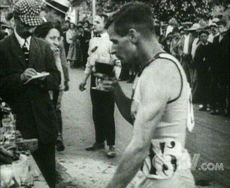 图文:巴黎奥运选手沿途品红酒 随时品尝