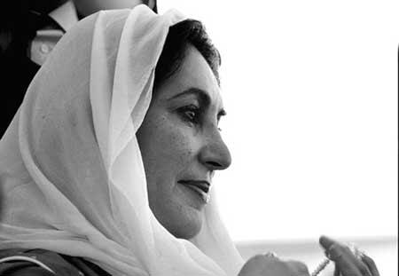 18日,回到阔别8年的巴基斯坦,贝·布托禁不住流下热泪