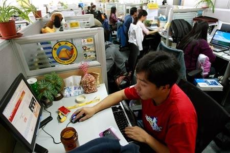 """图文:法新""""眼""""中的搜狐奥运 员工紧张工作中"""