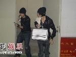 """魏晨和俞灏明扮演的小偷正在""""作案"""""""