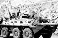 10月22日,土耳其武装部队的坦克在与伊拉克相邻的哈卡里省的山区巡逻。