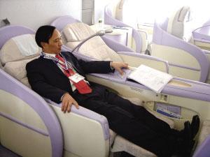 A380宽阔的座椅坐上去非常舒服。 本报记者 李英辉 摄
