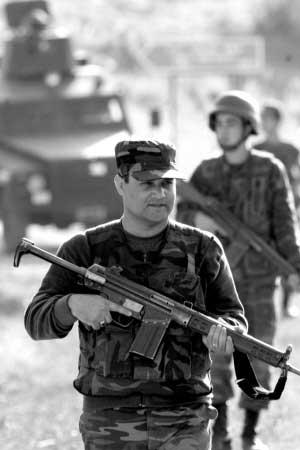 23日,土耳其士兵在靠近土伊边境的舍尔纳克巡逻。新华社发