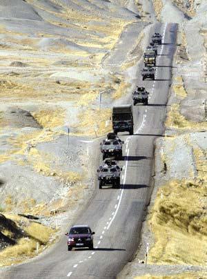 上图:连日来,不断有大批土耳其军用车辆开赴土伊边境地区。