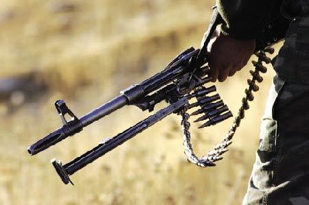 上图:土耳其士兵身背机枪等武器,在土伊边境地区重装巡逻。