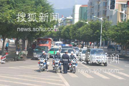 警车开道保证游客车辆行进