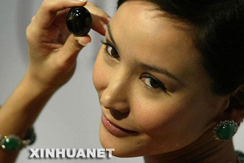 10月23日,一位模特在展示重212.76克拉的巨型猫眼亚历山大石。