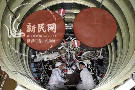"""""""嫦娥一号""""发射在即,科技人员在火箭内做最后检测。新民晚报新民网特派西昌记者 纪海鹰 摄"""