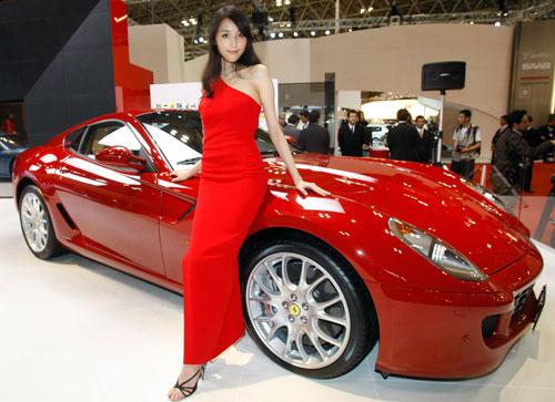 举行的第40届东京车展上,一位模特站在法拉利599型跑车前面高清图片