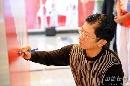 图文:反兴奋剂四十年展览 杨一民庄重签字