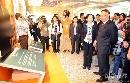 图文:反兴奋剂四十年展览 刘鹏在陪同下参观