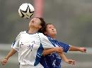 图文:城运会女足大连1比0胜广州 高高跳起争球