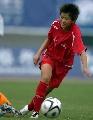 图文:武汉7比0战胜大同 马君在比赛中大力射门