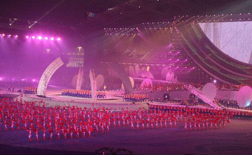 图文:六城会开幕式预演 在现场搭建巨型桥梁