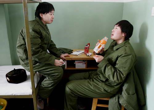解放军女兵宿舍出现熨衣板等5件生活用品图片