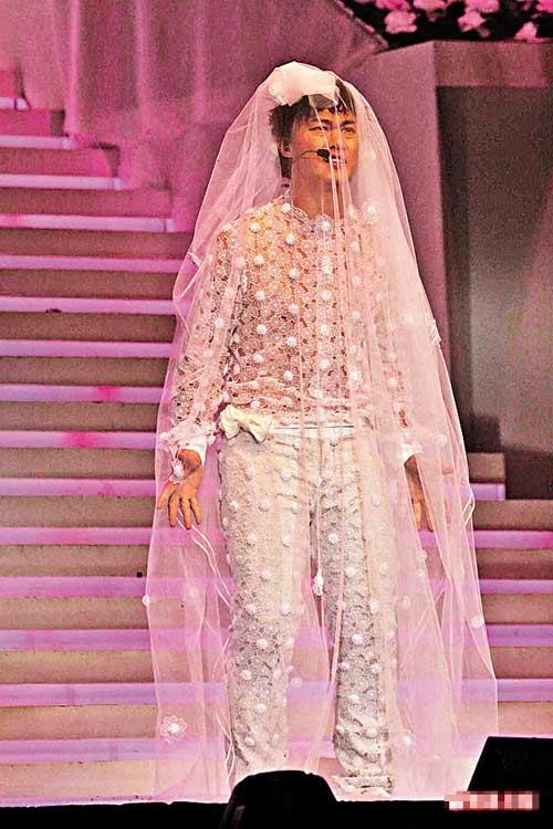 穿上白色透视恤衫及同色长裤的陈奕迅盖上曳地头纱,犹如一位待嫁新娘。