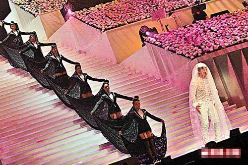 """穿上黑色性感礼服的女舞蹈员,站在以花束设计的舞台上伴""""新娘""""陈奕迅。"""