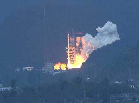 图片说明:2007年10月24日18点05分四川西昌卫星发射中心,中国第一颗绕月卫星嫦娥一号在长征三号甲火箭的搭载下点火升空。
