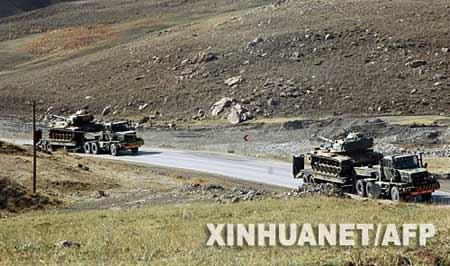 10月22日,在土耳其东南部与伊拉克相邻的哈卡里省山区,土耳其武装部队运送坦克的车辆在公路上行进。新华社/法新