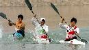 图文:男子单人划艇12公里比赛 战况激烈频率齐