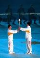 图文:第六届城运会开幕式 火炬在运动员间传递