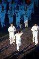 图文:第六届城运会开幕式 世界冠军擎火炬前进