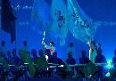 图文:第六届城运会开幕式 手持火炬进场中