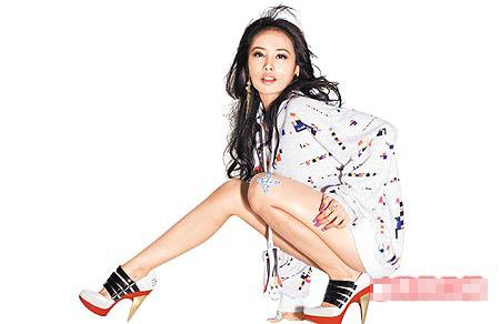 蔡依林今日推出《特务J》的改版,秀出美甲和长腿