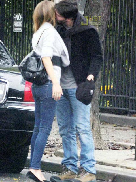 基努与海莉长吻告别
