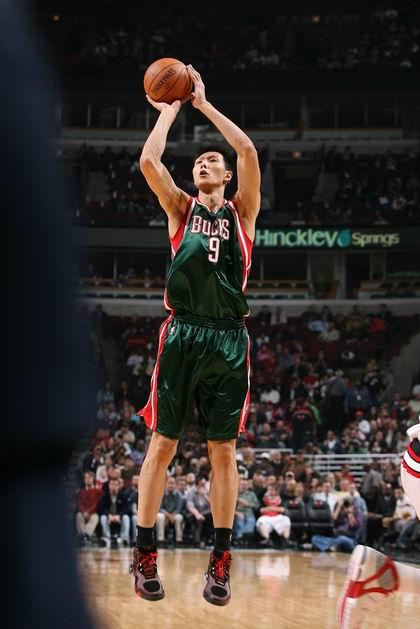 图文:[NBA季前赛]雄鹿-公牛 易建联跳投