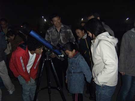 小学生来看月亮