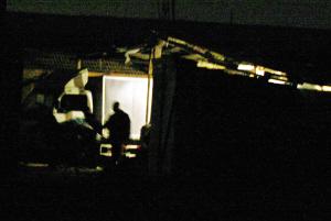 小货车开至西坝村后停在小院前卸货。