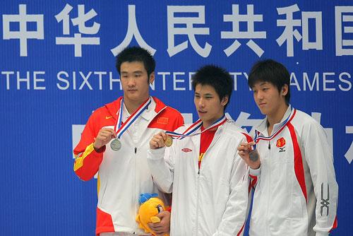 图文:六城会男子100米自由泳决赛 前三名合影
