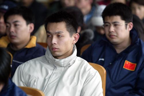图文:朱启南六城会超纪录 参加会议神情严肃