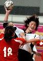 图文:六城会手球赛场 上海浦东队球员争抢