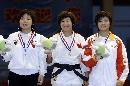 图文:六城会柔道女子63公斤级 前三名展示奖牌