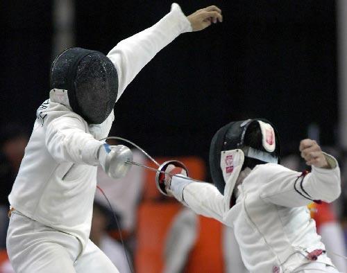图文:城运会击剑比赛 男重剑合肥张越获得第三