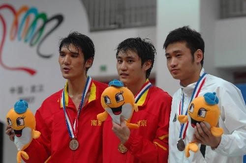 图文:城运会击剑比赛 男重剑南京选手冠亚军