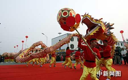 2008米巨龙亮相江苏太仓 制作龙衣用布4200米