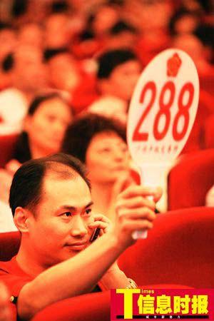 """288号竞拍者拍走""""粤A000F1"""",他表示,老板要拿车牌去配""""林保坚尼""""。任传富 摄"""