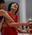 图文:六城会女篮比赛 重庆女篮队员上篮受阻