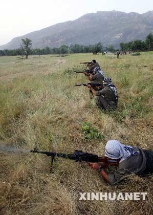 """土耳其库尔德工人党是库尔德游击队组织,成立于1979年,其宗旨是通过武力手段在地处土耳其、伊拉克、伊朗和叙利亚交界处的库尔德人居住区,建立一个独立的""""库尔德斯坦共和国""""。该组织1980年被土政府取缔后转入地下活动,自1984年以来,一直在土东南部地区从事反政府活动,并多次与土政府军发生冲突,造成3万多人丧生。上世纪90年代后,该组织被美国和欧盟列为恐怖组织。目前,该组织拥有武装人员3500人至3800人,主要活动在伊拉克北部地区。这是2007年6月20日,土耳其库尔德工人党成员在伊拉克北部地区训练。新华社发"""