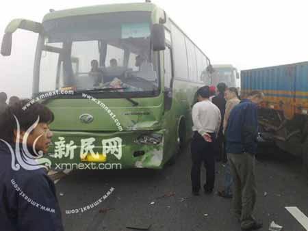 事故现场:大客车车头遭碰撞损毁