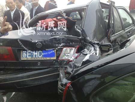 事故现场:桑塔纳轿车被撞的面目全非