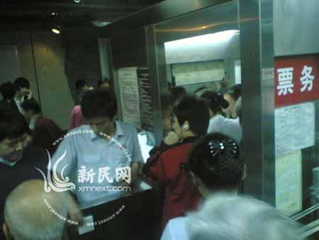 大批乘客滞留地铁站内准备退票