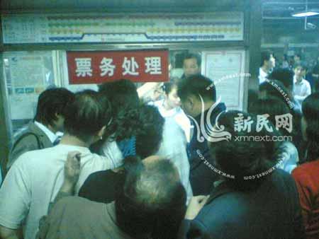 批乘客滞留地铁站内准备退票