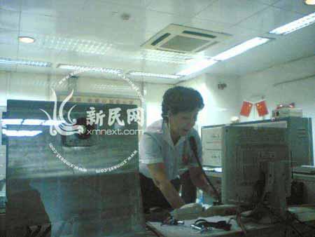 地铁2号线人民广场站工作人员正广播停运通知
