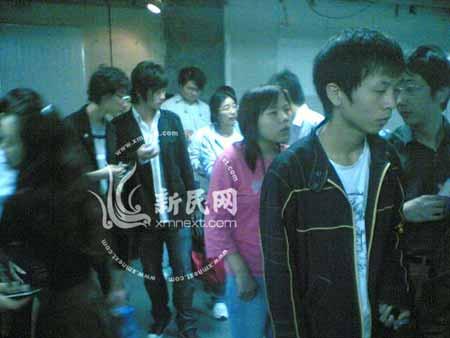 大批乘客滞留地铁站